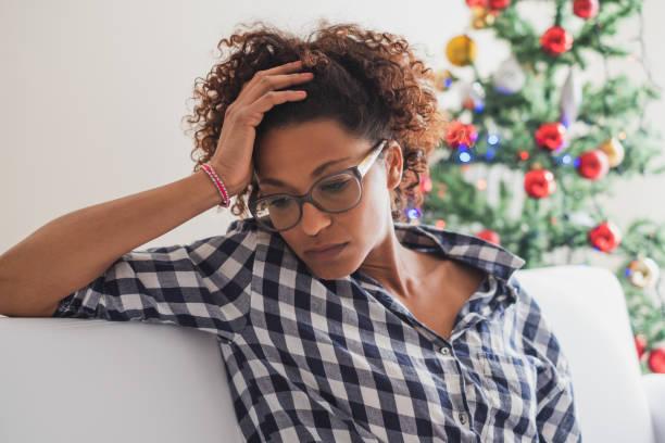 een gevoel van alleen en verlaten tijdens kerstvakantie - vrouw verdrietig stockfoto's en -beelden