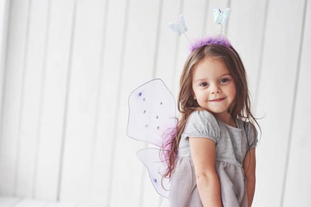 Ruhe und glücklich fühlen. Schöne kleine Mädchen mit Märchenkostüm, die Spaß macht posieren für die Bilder – Foto