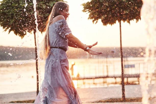 Gefühl erwartet. Nasse erwachsene Frau genießt Abkühlung am Wasser an heißem Tag – Foto