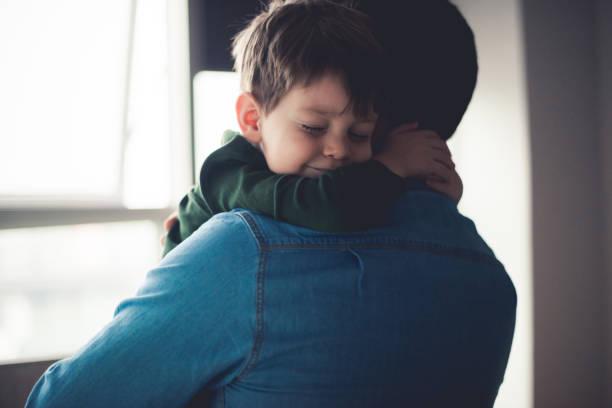 wohlfühlen in papas armen - genderblend stock-fotos und bilder