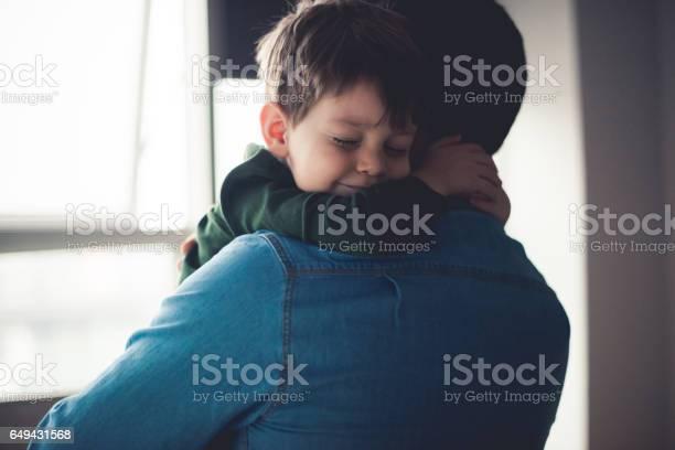 Gevoel Gelukkig In Papas Armen Stockfoto en meer beelden van 2-3 jaar