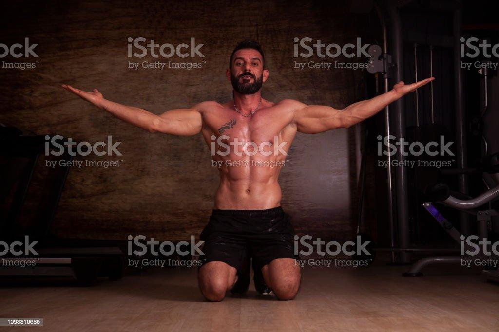 Duygu motive - vücut geliştirmeciydi spor salonunda poz. stok fotoğrafı