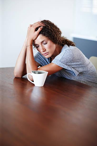 sich krank, - migräne vorbeugen stock-fotos und bilder