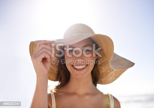 A young woman wearing a sunhat at the beachhttp://195.154.178.81/DATA/shoots/ic_783413.jpg