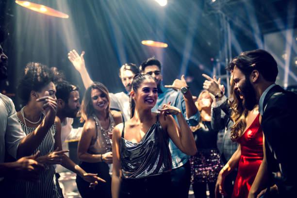 voelt de vibe - dancing stockfoto's en -beelden