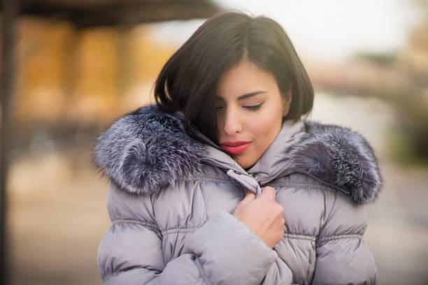 気持ちの暖かさと心地よさ - ダウンジャケット ストックフォトと画像