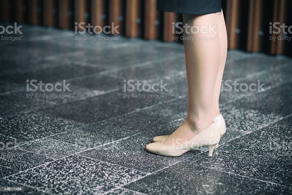feet and legs of woman - foto de acervo
