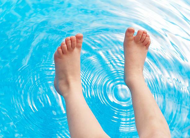 Füße und pool Wasser – Foto