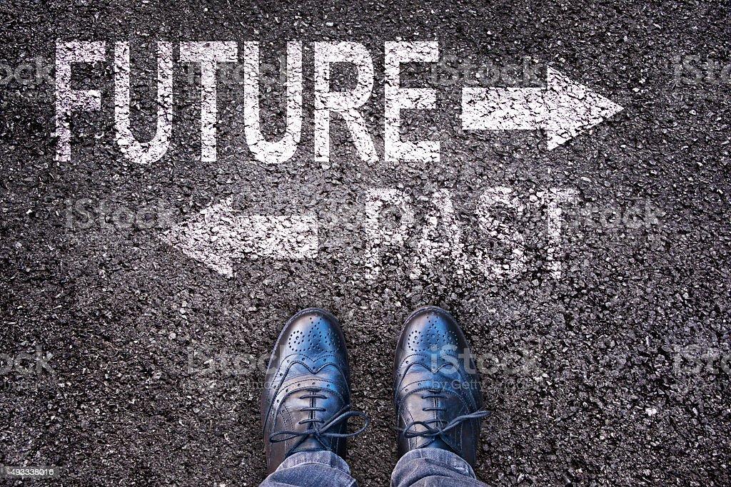 Füße und Worte Zukunft und Vergangenheit auf einer alphalt road Lizenzfreies stock-foto