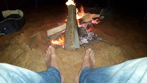 Füße in der Wüste am Lagerfeuer – Foto