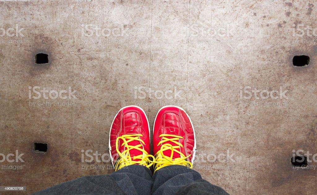 Füße Konzept Mit Roten Schuhe Auf Stahl Stockfoto und mehr