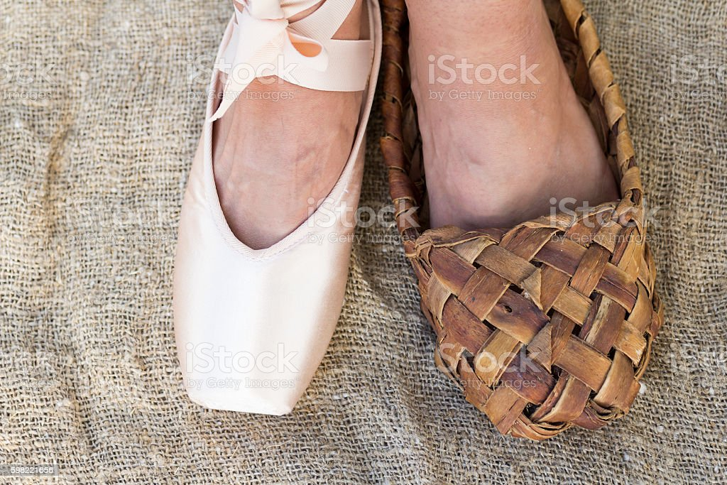Feet girl in Ballet shoes and Bast shoe. foto royalty-free