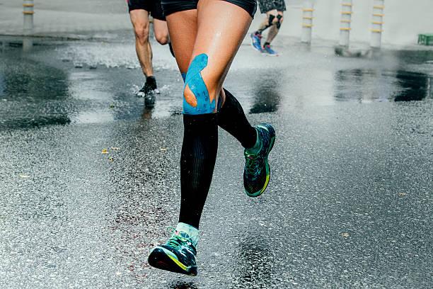 feet girl runners in compression sock - foto de stock