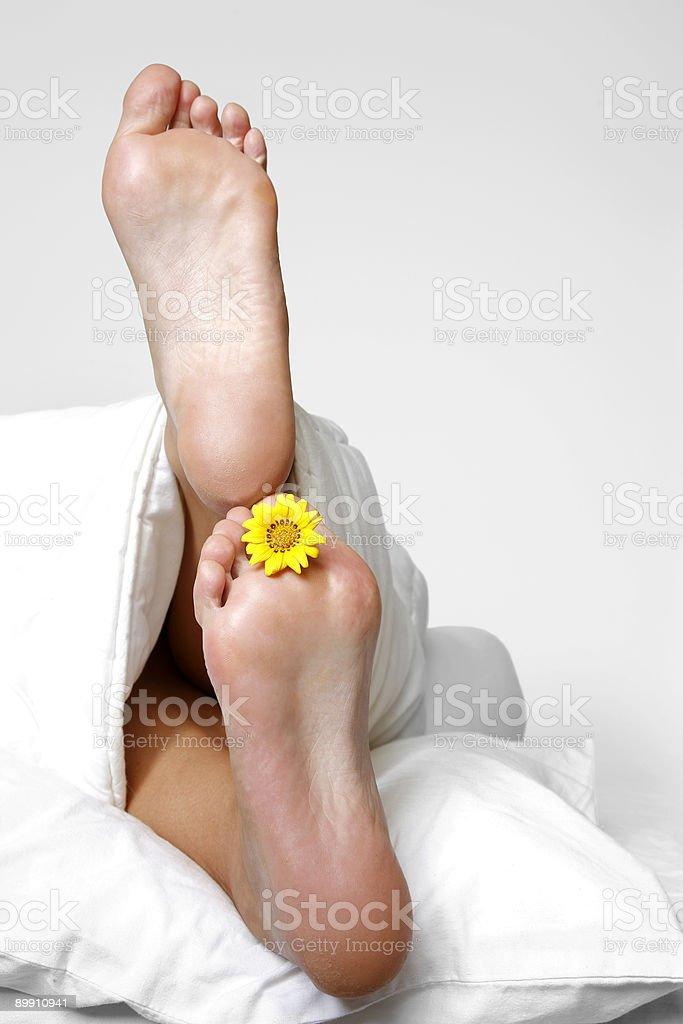 Füße im Bett Lizenzfreies stock-foto
