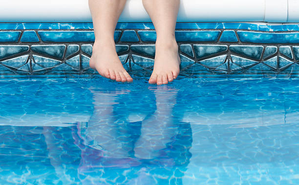 Füße im pool Wasser – Foto