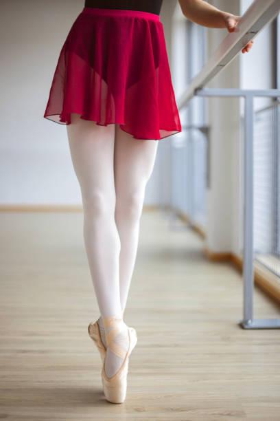 Füße einer jungen Ballerina in pointierten Schuhen – Foto
