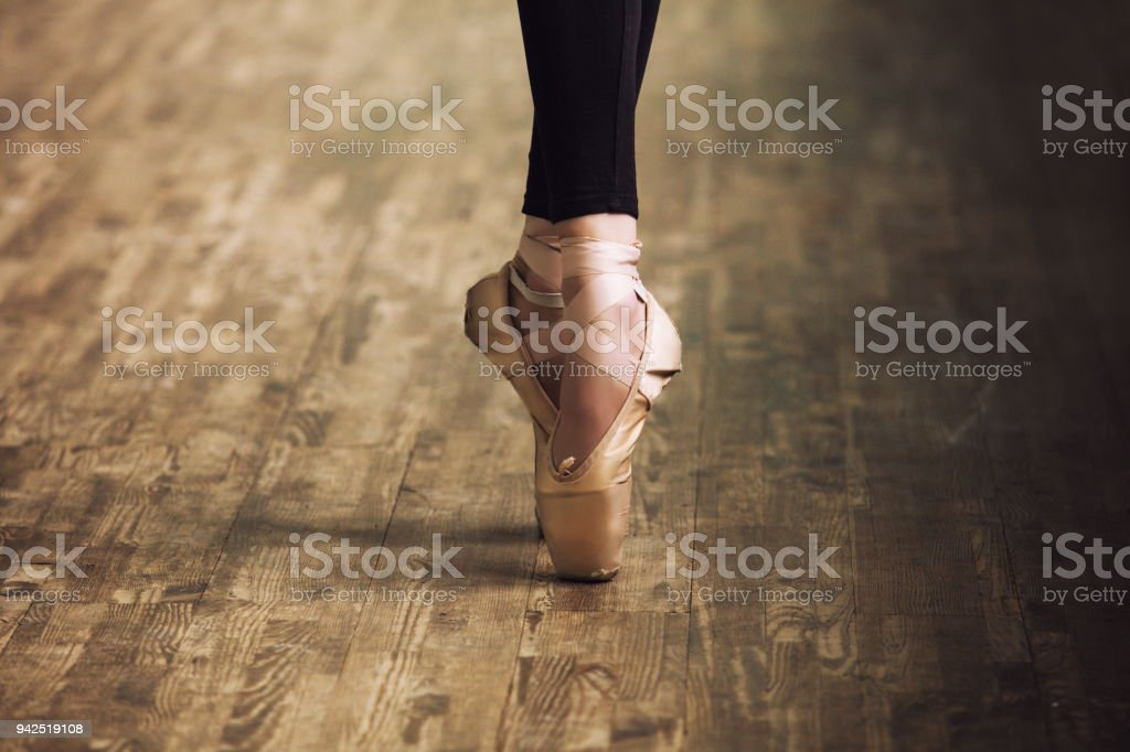 Pies de bailarina en zapatillas sobre el parqué de madera cerca de estilo retro - foto de stock