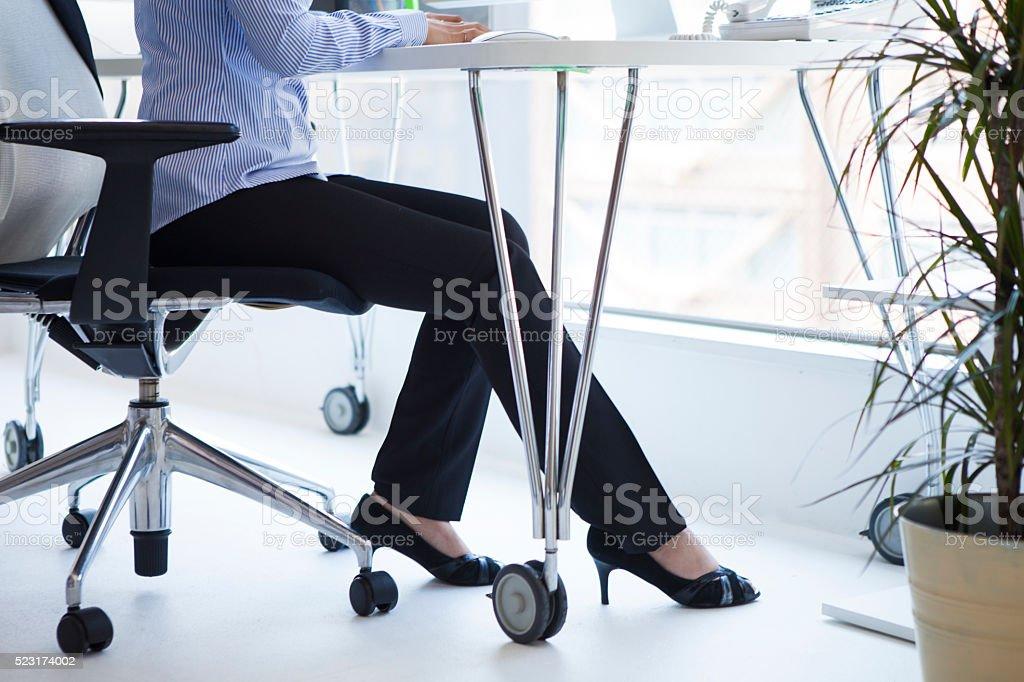 Füße der Frauen arbeiten im Büro – Foto