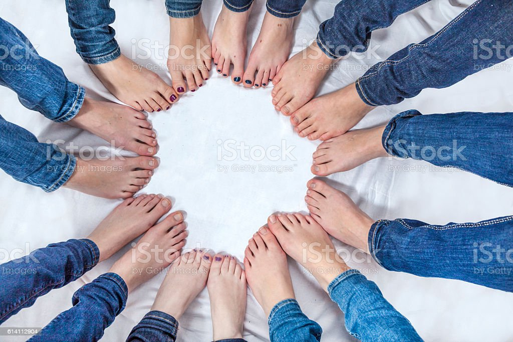 feet of young girls with jeans in a circle – Foto