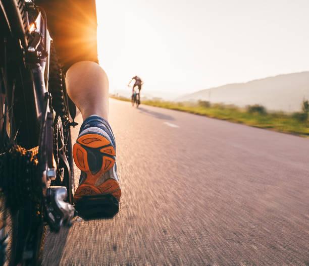 pies en el pedal de bycikle de la luz del atardecer - cerrar imagen - pedal fotografías e imágenes de stock