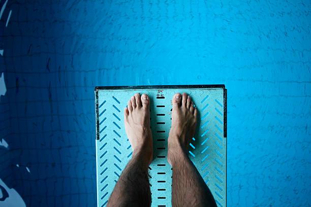 pies sobre trampolín a la piscina - trampolín artículos deportivos fotografías e imágenes de stock