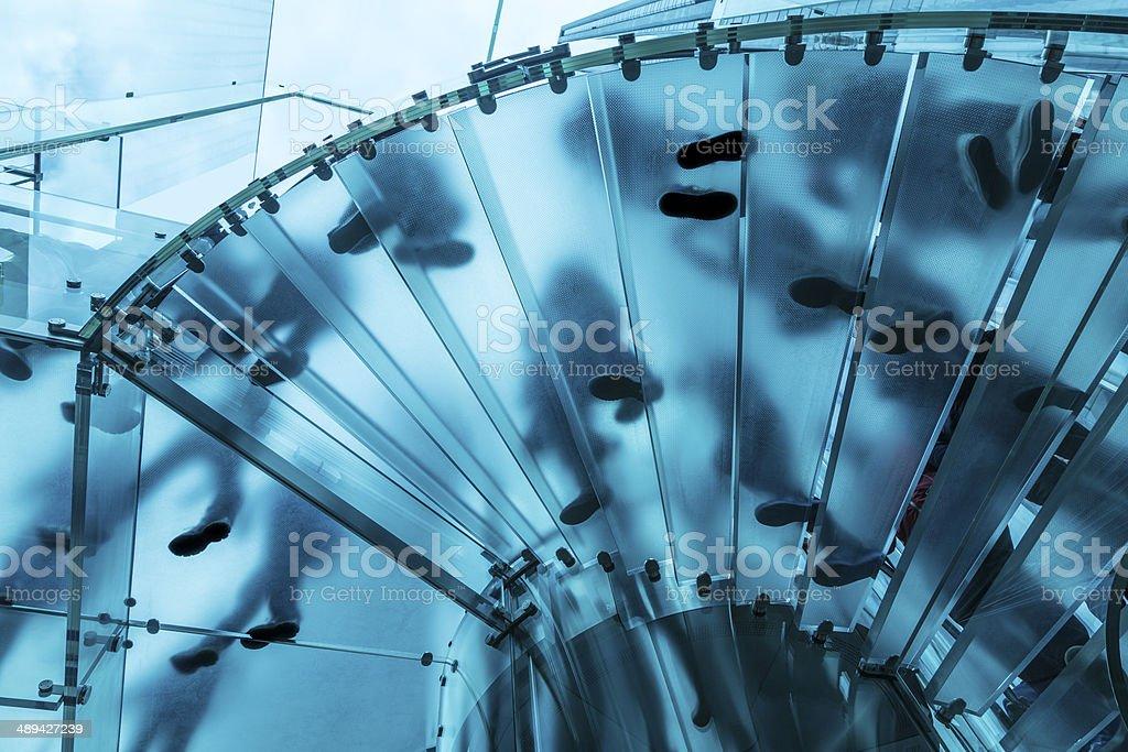 Füße auf gläsernen Wendeltreppe – Foto