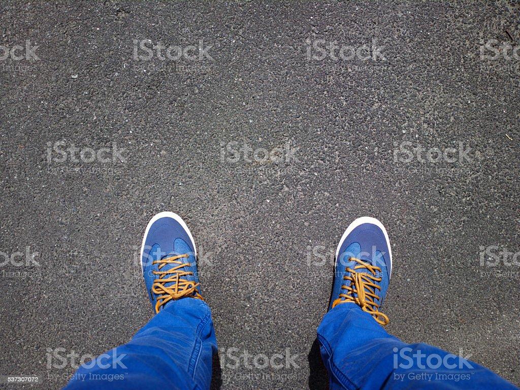 Pieds sur l'asphalte. - Photo