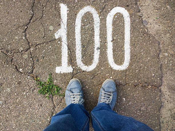 füße auf dem boden. - nummer 100 stock-fotos und bilder
