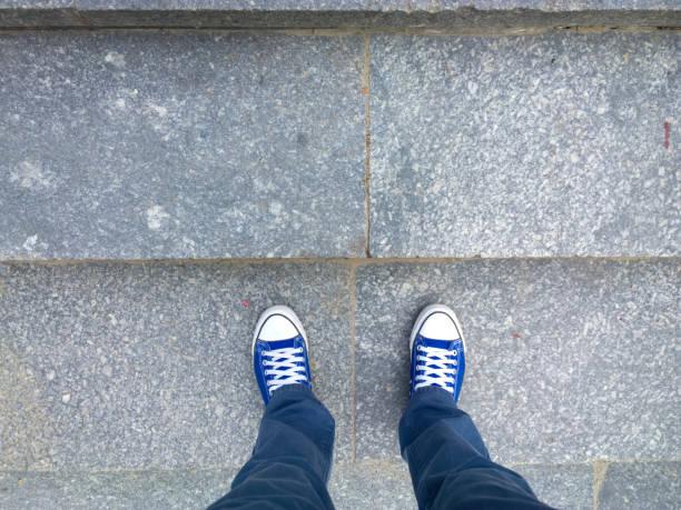 feet on the stairs. - guardare verso il basso foto e immagini stock