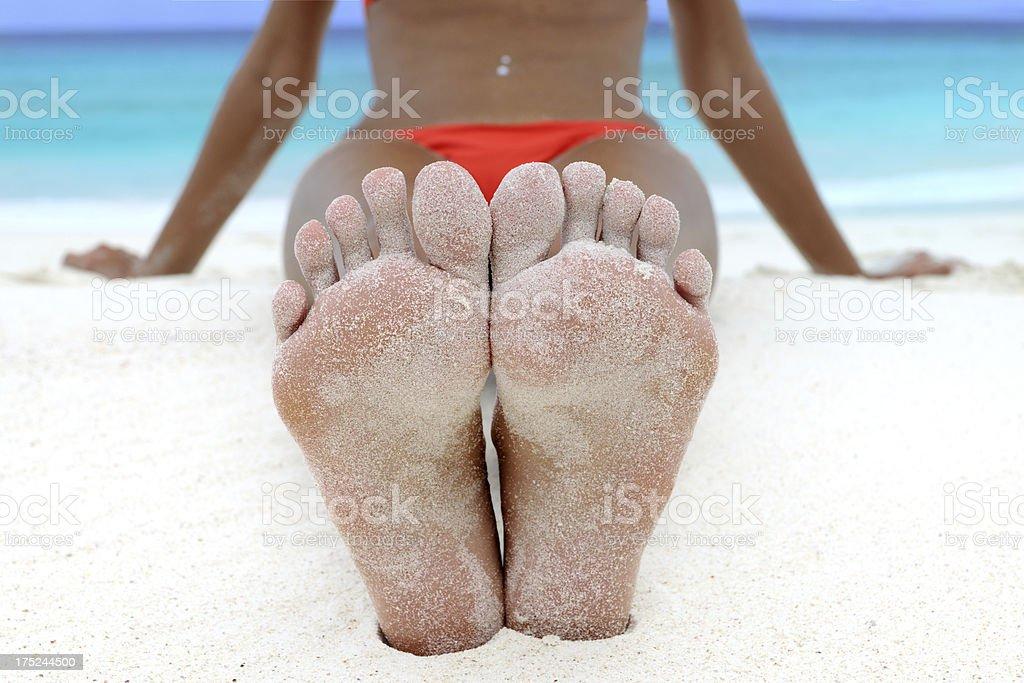 Füße entspannt auf einem tropischen Strand – Foto