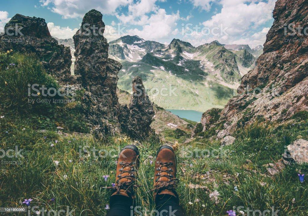 Füße, trekking Stiefel und Berge Landschaft auf Hintergrund-Reisen Lifestyle-Abenteuer-Urlaub-Konzept – Foto