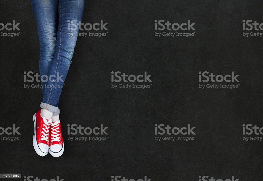 Füße Tragen Rote Schuhe Auf Schwarzem Hintergrund Stockfoto