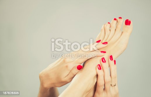 istock feet with fingers 187628305