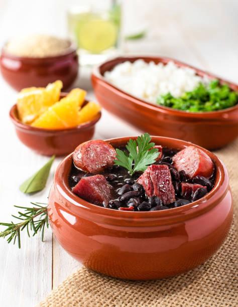feijoada (fasulye güveç) - brezilya geleneksel gıda (kuru sığır, lahana, portakal, pirinç, fasulye) - turpgiller brassicales stok fotoğraflar ve resimler