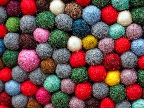 filz textur-bälle - filzkugeln stock-fotos und bilder