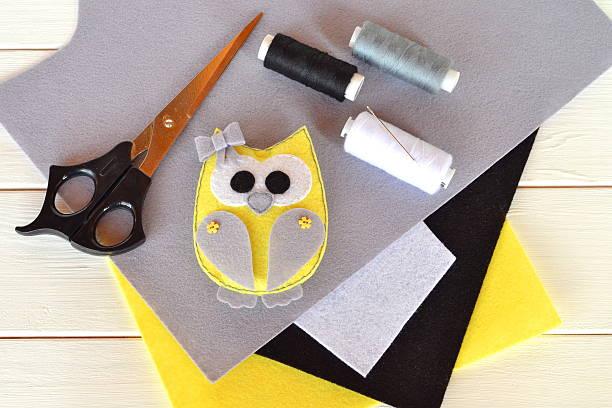 felt owl toy. childrens crafts idea project - diy eule stock-fotos und bilder