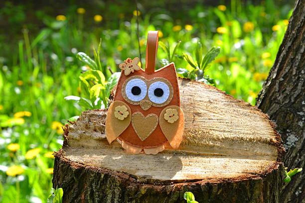 felt owl toy on a stump - diy eule stock-fotos und bilder