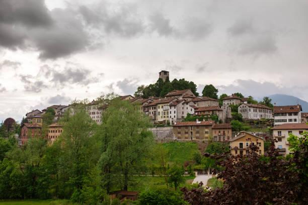 Feltre (Belluno) Panorama und bewölktem Himmel – Foto