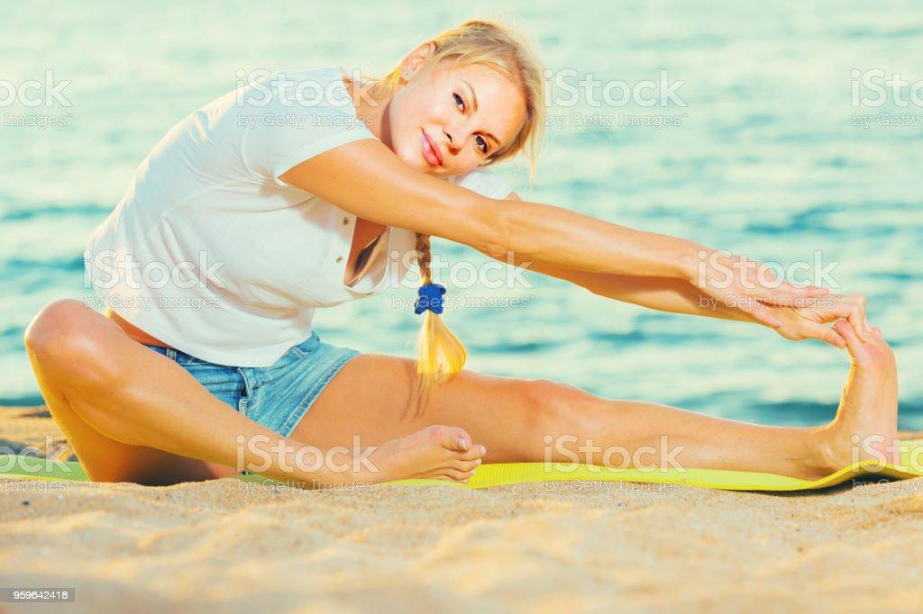 Mujer 20-30 años de edad es la práctica que se extiende en camiseta blanca - Foto de stock de Adulto libre de derechos