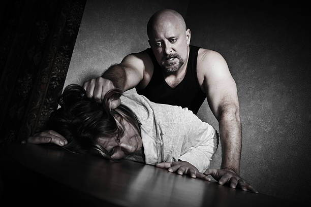 fêmea abuso vítima a ser removido pelo homem - puxar cabelos imagens e fotografias de stock