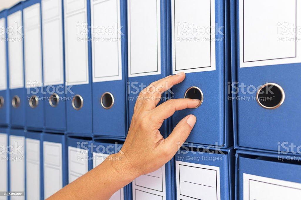 Weibliche Buchhalter Archivierung Geschäftsunterlagen – Foto