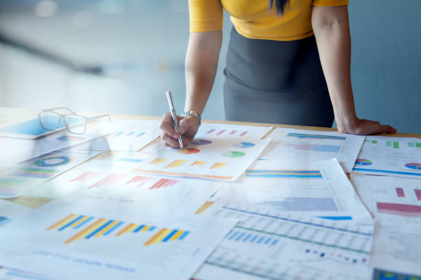 weibliche buchhalterin oder marketing-check-berichtsdokumente - geschäftsstrategie stock-fotos und bilder