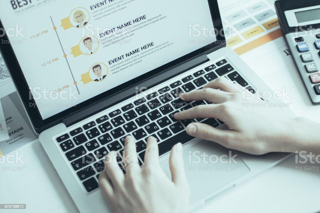 Weibliche Buchhalter arbeiten am Laptop am Tisch - Lizenzfrei Arbeiten Stock-Foto