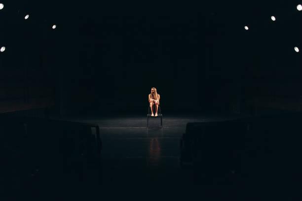 atriz feminino sozinho no palco - foto de acervo