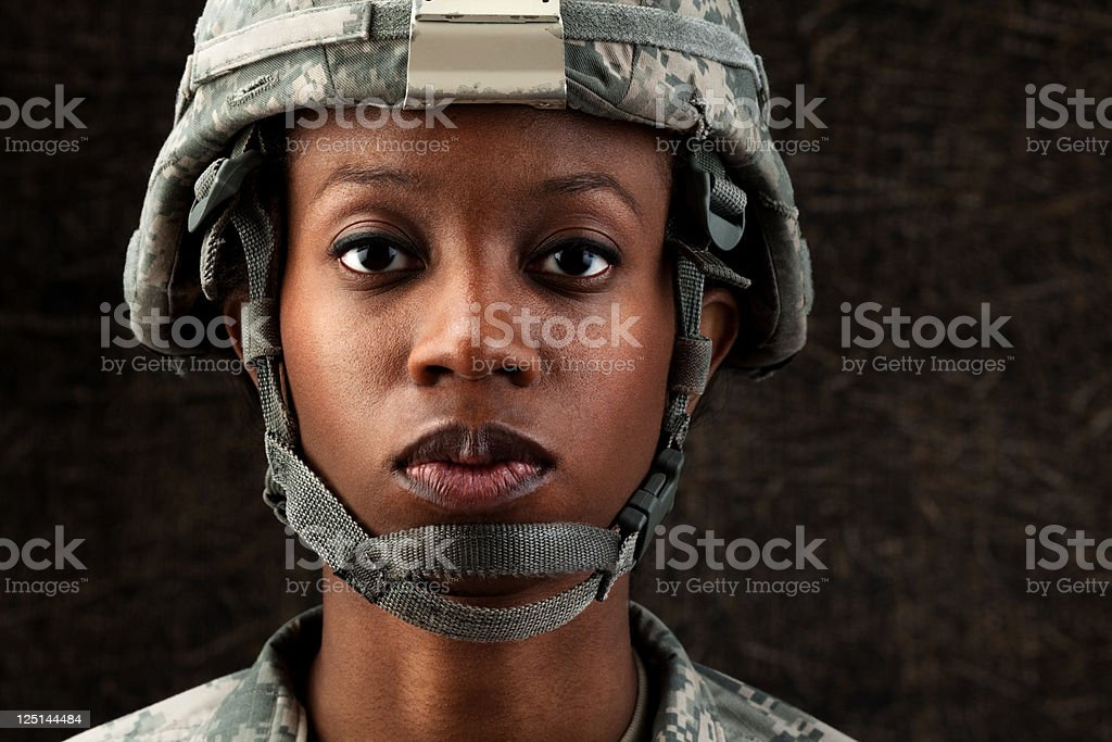 Femme afro-américaine Soldier Series: Contre Fond marron foncé - Photo