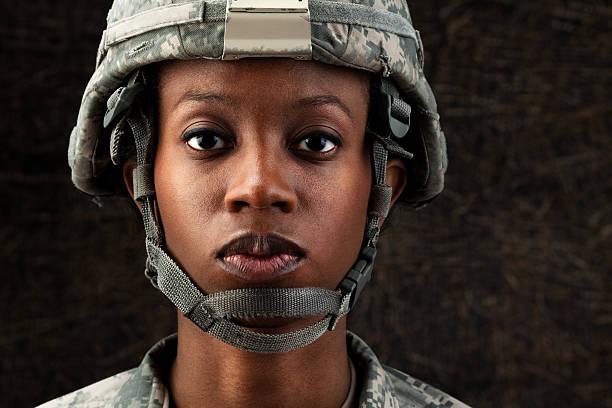 mujer afroamericana soldier serie: contra fondo marrón oscuro - personal militar fotografías e imágenes de stock