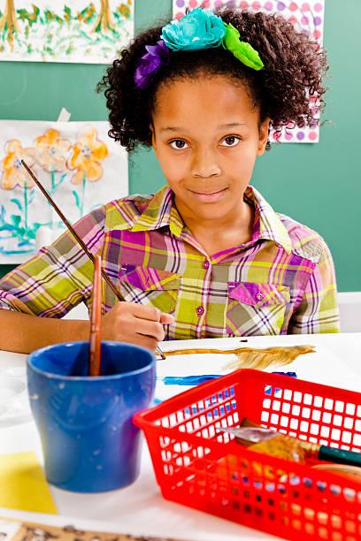 weibliche afrikanische herkunft schüler in kunst-klasse. malen mit wasserfarben - high school bilder stock-fotos und bilder