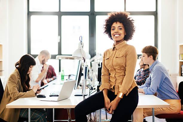 Weibliche afrikanische Unternehmer und Ihren Start-up-Team im Büro – Foto