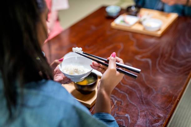 Weibliche afrikanische Gast essen in Tokyo Ryokan – Foto