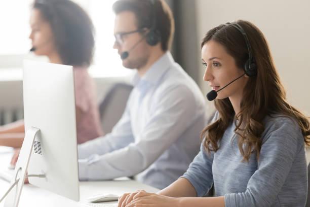 kvinnlig agent i headset konsultera klient online med hjälp av pc - tvärsnitt bildbanksfoton och bilder
